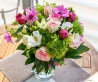 Grand beau bouquet des pivoines, roses, anémones dans un vase Images libres de droits