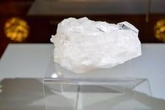 Grand beau cristal transparent blanc cher naturel, diamo images libres de droits