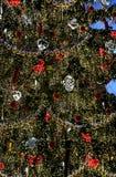 Grand bel arbre de Noël bien décoré Photographie stock libre de droits