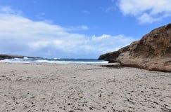 Grand bluff de roche sur la plage d'Andicuri dans Aruba Image libre de droits