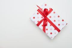 Grand boîte-cadeau pointillé avec le ruban et le noeud papillon rouges Photos stock