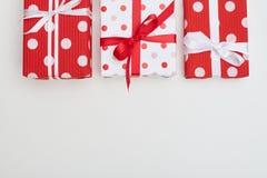 Grand boîte-cadeau trois pointillé avec des rubans et des noeuds papillon Photographie stock
