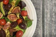 Grand bol blanc de salade fraîche sur le bois Photographie stock
