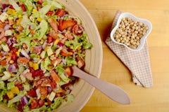 Grand bol de salade et de pois chiches Image libre de droits