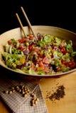 Grand bol de salade et de pois chiches Image stock
