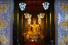 Grand Bouddha au temple de Wat Phra That Hariphunchai dans Lamphun, Thaïlande Photos stock