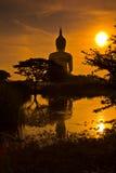 Grand Bouddha chez Wat Muang dans le coucher du soleil, Thaïlande Images stock
