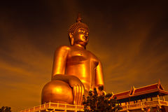 Grand Bouddha chez Wat Muang dans le coucher du soleil, Thaïlande Images libres de droits