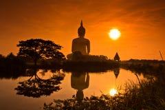 Grand Bouddha chez Wat Mung dans le coucher du soleil, Thaïlande Images libres de droits