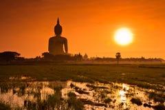 Grand Bouddha chez Wat Mung dans le coucher du soleil, Thaïlande Photographie stock libre de droits