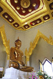 Grand Bouddha d'or dans le temple de la Thaïlande Images libres de droits