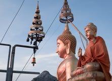 Grand Bouddha et les petites statues d'or de Bouddha chez Tiger Cave Photos libres de droits