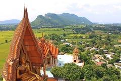 Grand Bouddha et montagne gentille de vue chez Kanchanaburi, Thaïlande Photo libre de droits
