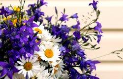Grand bouquet de différents wildflowers d'été image stock