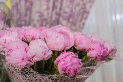 Grand bouquet des pivoines roses sur le fond brouillé, l'espace de copie Beau bouquet de fleurs Fond de vacances salutation Image stock