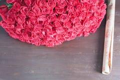 Grand bouquet des roses rouges Image libre de droits
