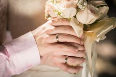 Grand bouquet gentil de mariage dans des mains Jeunes mariés sur leur étreindre de mariage Photo en gros plan des anneaux sur des Photos stock