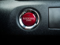 Grand bouton rouge de bloc-chaîne sur le fond noir Photo stock