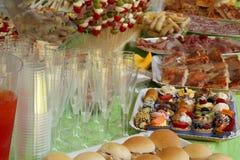 Grand buffet avec plus de nourritures Images libres de droits