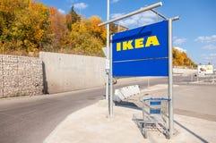 Grand caddie bleu vide près du magasin de Samara d'IKEA Photos stock