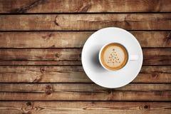 Grand café italien d'expresso dans une tasse blanche sur la table en bois avec la forme de Noël d'arbre de mousse Image stock