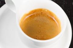 Grand café italien dans une tasse blanche sur la table en bois noire Photo libre de droits
