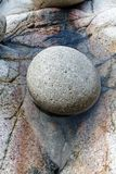 Grand caillou dans la piscine de roche photos stock