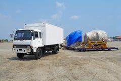 Grand camion avec la boîte et les marchandises Photo stock