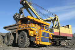 Grand camion d'extraction jaune Photo stock