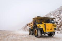 Grand camion d'extraction jaune images libres de droits