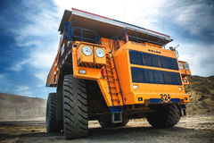 Grand camion d'extraction jaune Belaz Images libres de droits