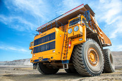 Grand camion d'extraction jaune Belaz Photographie stock