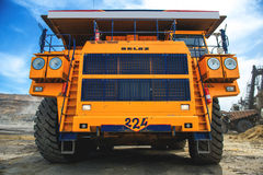 Grand camion d'extraction jaune Belaz Image libre de droits