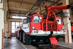 Grand camion de pompiers d'aérodrome de quatre-axe photos stock
