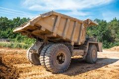 Grand camion industriel, minerai de extraction de carrière image stock