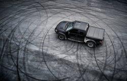 Grand camion pick-up américain après la dérive photographie stock libre de droits