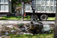 Grand camion prenant des déchets et des débris en dehors de voisinage de Houston photo libre de droits