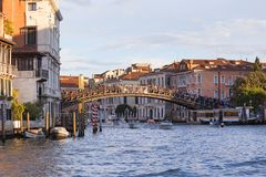 Grand Canal, ` Accademia, Weinlesegebäude, Venedig, Italien Ponte-engen Tals Stockbild