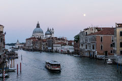 Grand Canal av Venedig på skymning, med Lahonnör, månen och färjan Royaltyfria Foton