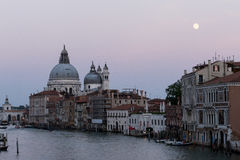 Grand Canal av Venedig på skymning, med Lahonnör och månen Arkivbild