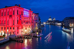 Grand Canal av Venedig vid natt Arkivbilder