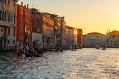 Grand Canal avec des gondoles dans le coucher du soleil - Venise - Venezia Photographie stock libre de droits
