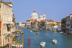 Grand Canal avec vue sur la basilique de Santa Maria della Salute Image stock