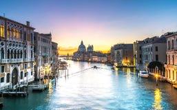 Grand Canal basilikaSanta Maria natt arkivbilder