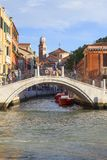 Grand Canal, Brücke über Seitenkanal, Venedig, Italien Lizenzfreies Stockbild