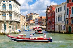 Grand Canal com palácios velhos e uma ponte pequena em Veneza Fotografia de Stock