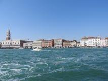 Grand Canal com St marca a torre de sino do Campanile e o Palazzo Ducale, palácio do doge, em Veneza, Itália foto de stock