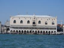 Grand Canal com St marca a torre de sino do Campanile e o Palazzo Ducale, palácio do doge, em Veneza, Itália imagens de stock royalty free