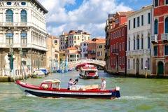 Grand Canal con los palacios viejos y un pequeño puente en Venecia Fotografía de archivo