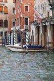 Grand Canal, construções do vintage, estacionou barcos no porto, Veneza, Itália Foto de Stock